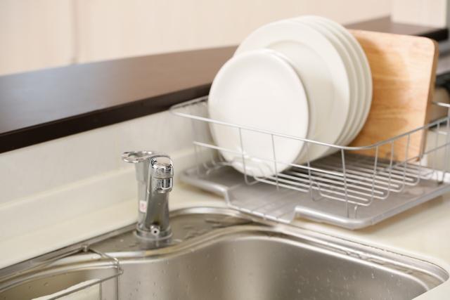 キッチンにコンセントを付けるなら、水切りラックと被らないように!